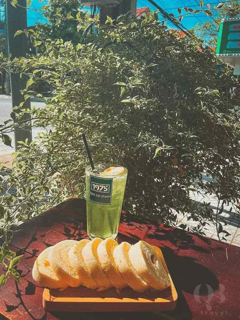 Đồ uống và món bánh ngon tại tiệm trà chanh 1975