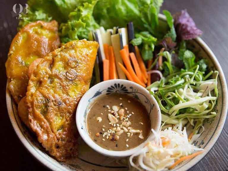 Đĩa bánh khoái ăn cùng với rau và nước chấm ăn kèm