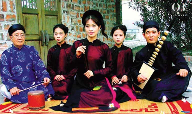 Buổi biểu diễn của các nghệ nhân ca trù làng Đông Dương