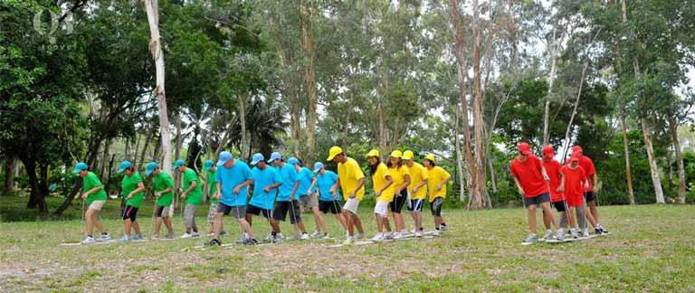 Các thành viên chia thành 4 đội hoàn thành thử thách teambuilding giữa núi rừng