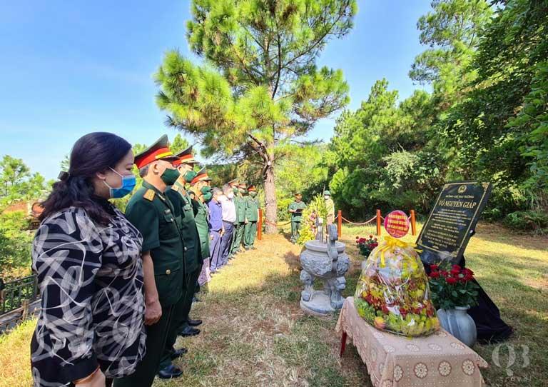 Đoàn đến thăm và dâng hương tại mộ Đại tướng Võ Nguyên Giáp