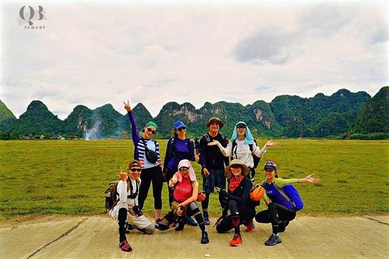 Băng Di và nhóm du lịch mạo hiểm chinh phục hang Tú Làn