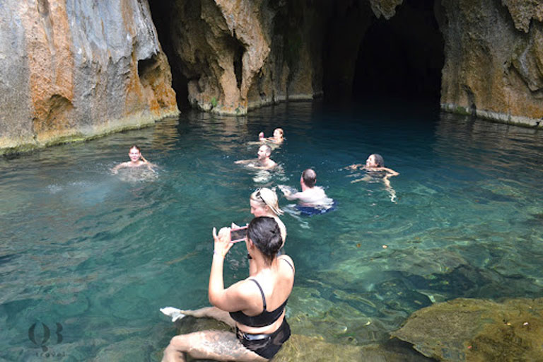 Du khách bơi lội trong làn nước xanh mát