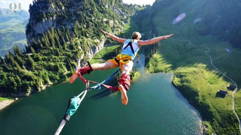 Du khách tận hưởng trò chơi cảm giác mạnh khi đi du lịch mạo hiểm
