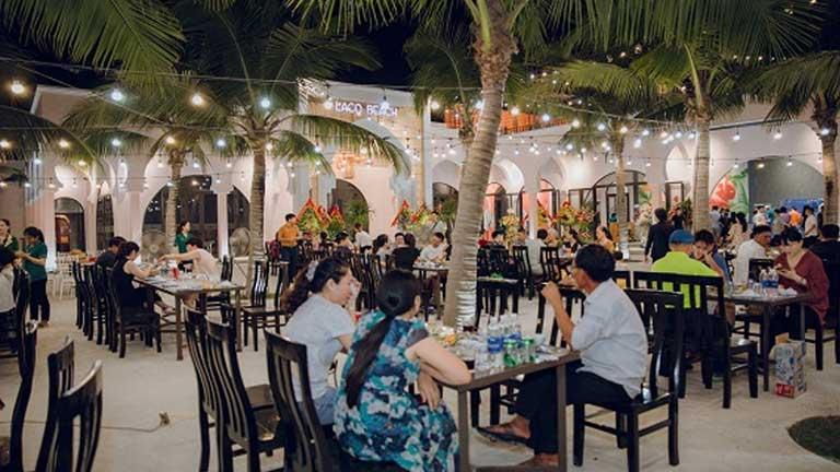 Không gian rộng rãi, thoáng mát thưởng thức món hải sản mực nhảy tại nhà hàng Lá Cọ Beach