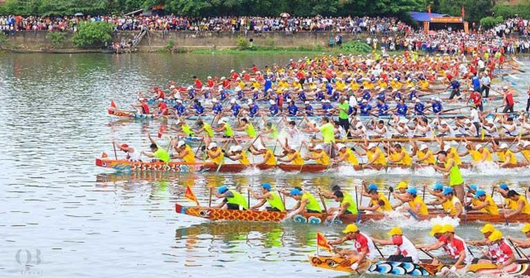 Những đội thuyền bơi đang dốc sức vươn lên