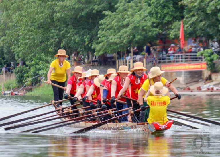 Đội thuyền đua của thôn Đại Phong đang phối hợp nhịp nhàng