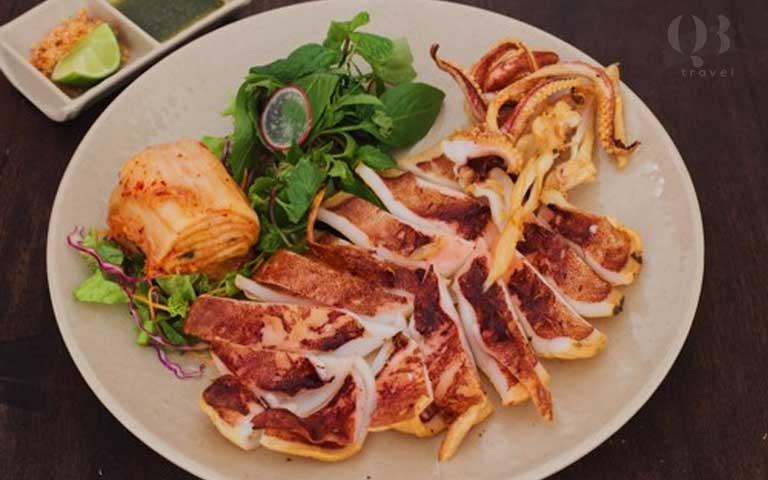 Món mực được chế biến độc đáo ở nhà hàng nổi Nam Thành