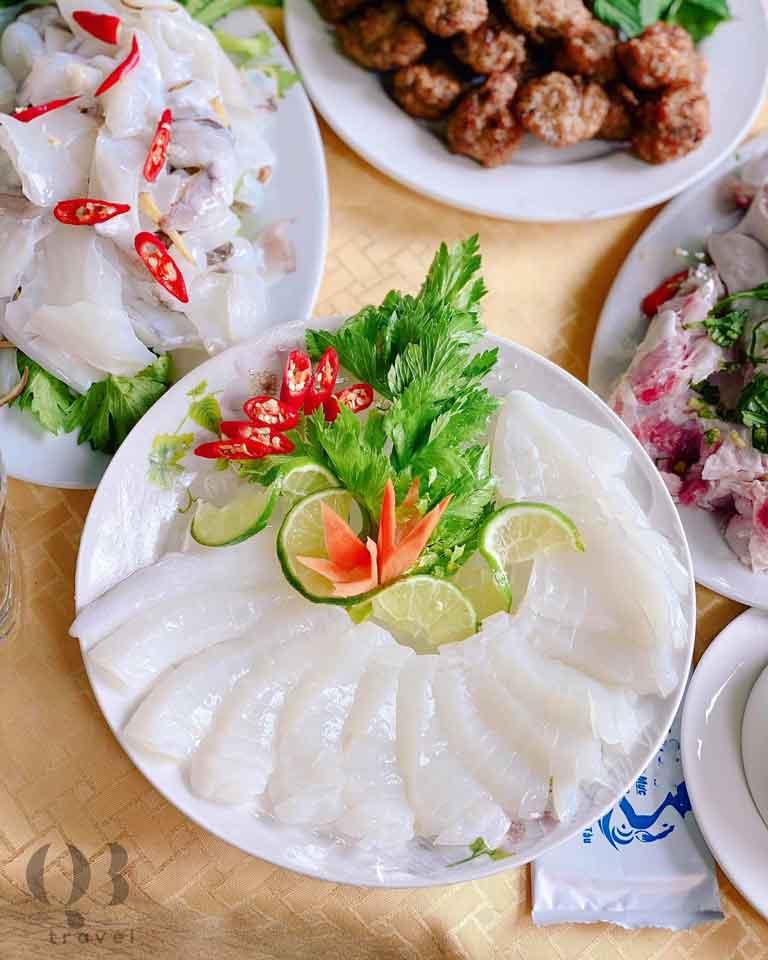 Mực sống Sashimi chấm muối ớt mù tạt