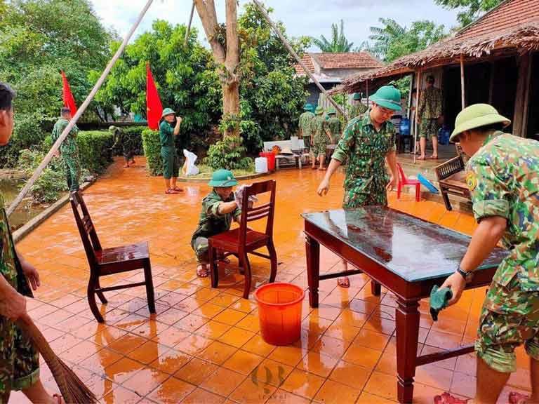 Các lực lượng chức năng triển khai dọn dẹp khuôn viên nhà lưu niệm Đại tướng Võ Nguyên Giáp sau mưa lũ