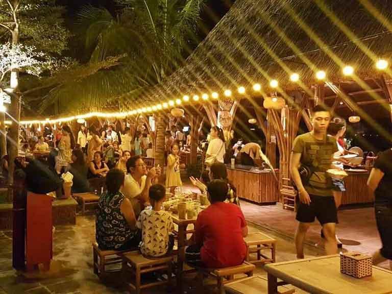 Quảng Bình về đêm rất nhộn nhịp với nhiều hàng quán ăn uống