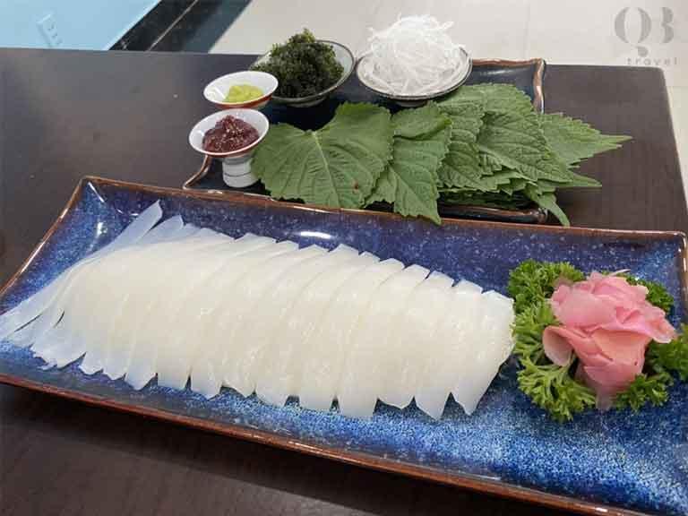 Thưởng thức món sashimi tươi ngon được làm từ mực nhảy của Quảng Bình