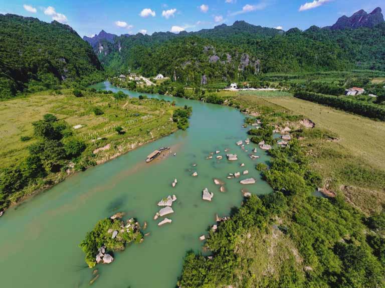 Sông Chày uốn mình qua những dãy núi đá vôi hùng vĩ