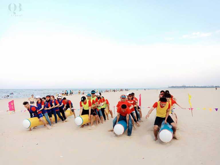 Các đội phối hợp ăn ý để nhanh chóng về đích trong game teambuilding