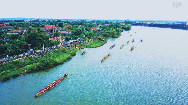 Thuyền bơi trên sông Kiến Giang