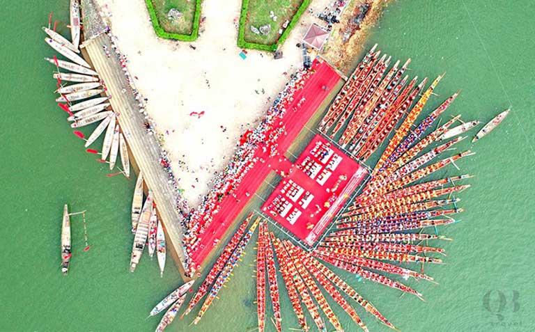 Các thuyền bơi, thuyền đua tập trung ở Ngã ba Mũi Viết trước khi thi đua