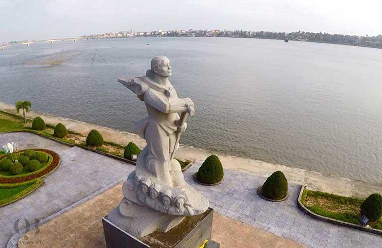 Tượng đài mẹ Suốt cao 7m nằm bên bờ sông Nhật Lệ