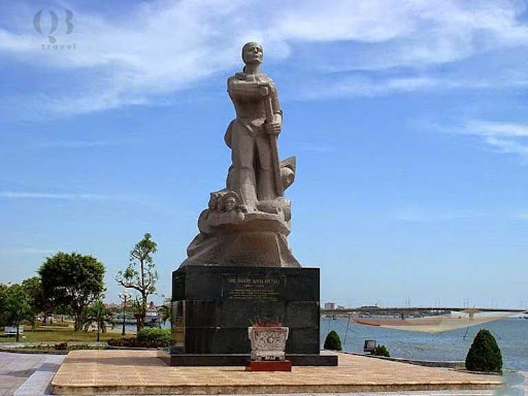 Tượng đài mẹ Suốt thân thương bên bờ sông Nhật Lệ